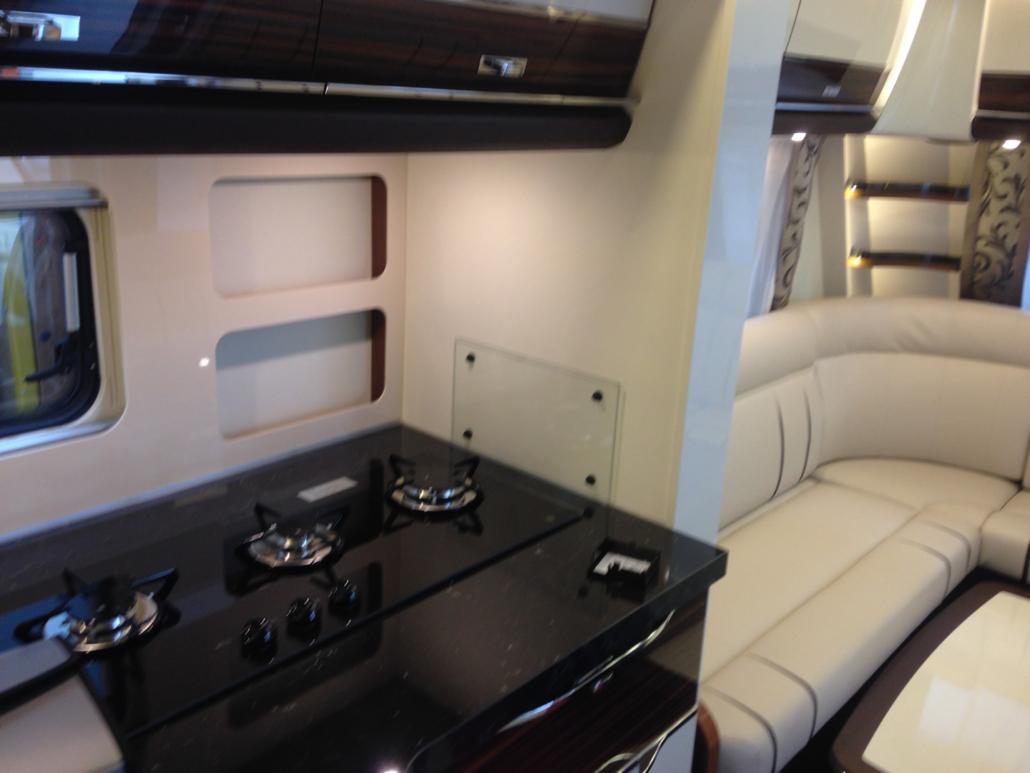 Montaggio accessori su roulotte di lusso